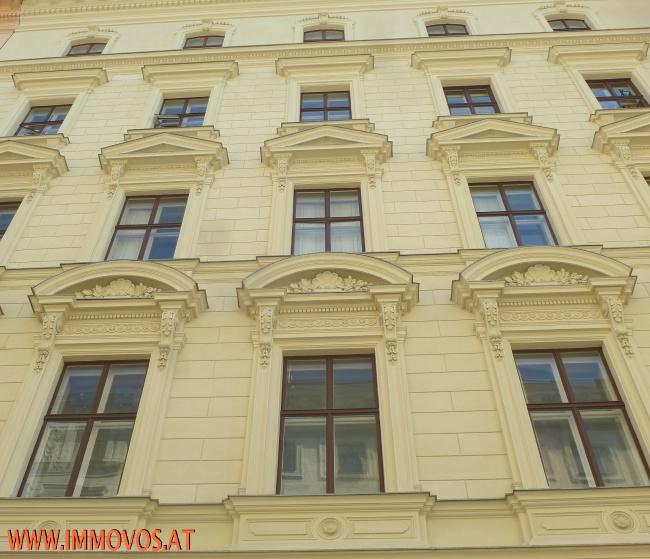 Sanierte gegliederte Fassade