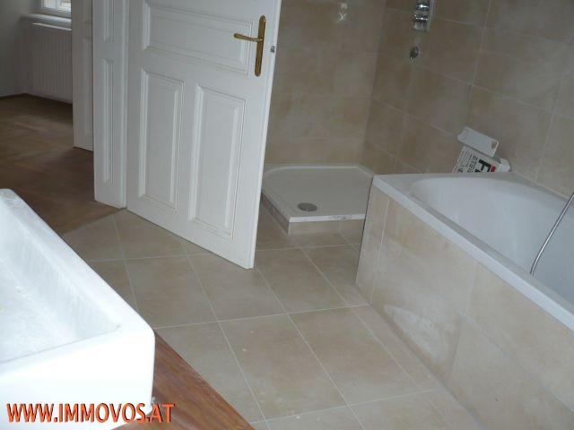 F. Badezimmer mit Wanne und Dusche