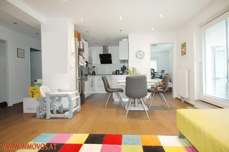 Blick von Couch Richtung Küche und Gästezimmer