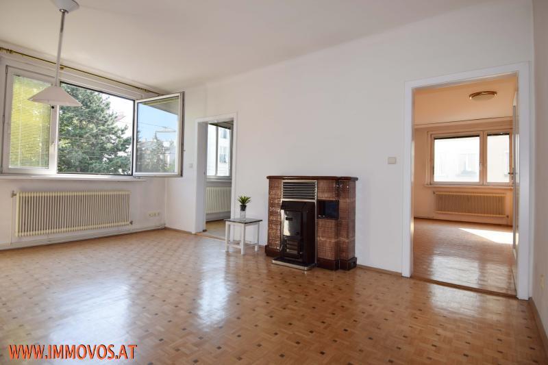 Wohnzimmer mit Kamin.JPG