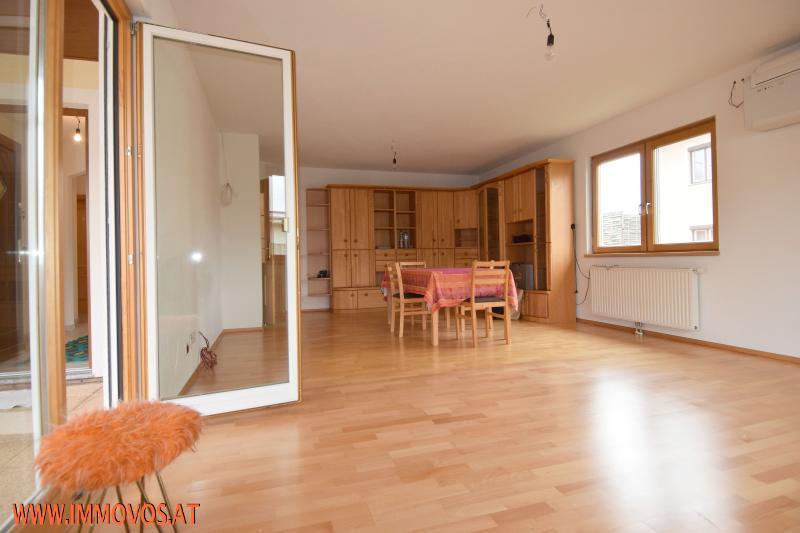 großes Wohnzimmer mit AusgangTerrasse