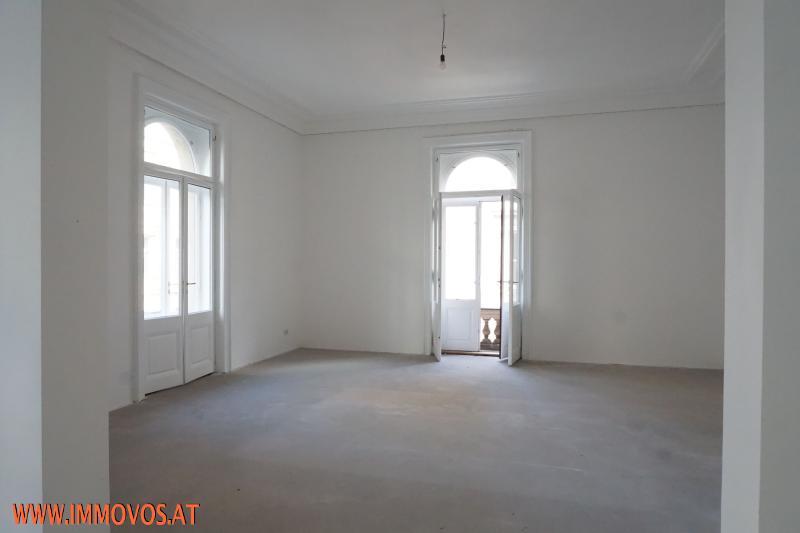 Eckzimmer mit Ausgang zum Balkon