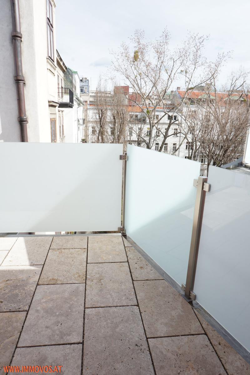 kleinere Terrasse mit ca. 6,9 m2