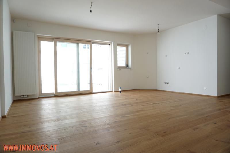 Wohnraum mit Küchenanschlüssen