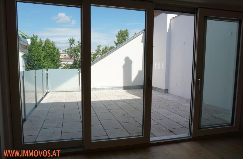 Blick vom Wohnbereich zur Terrasse