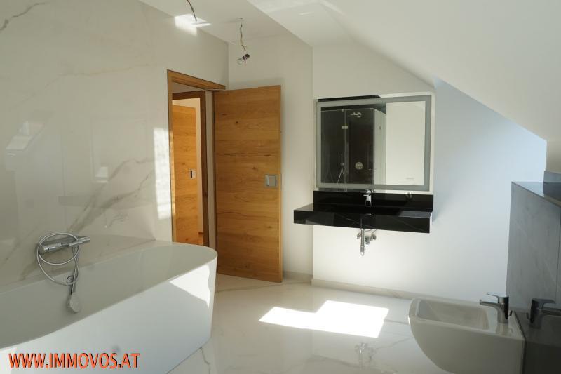 Bade-Oase mit Wanne und Dusche