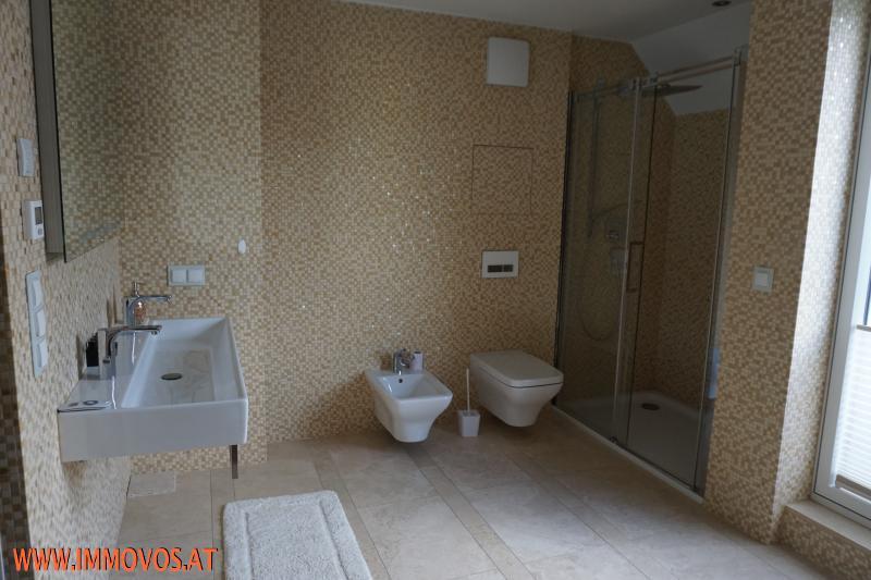 großes Bad mit WC und Bidet