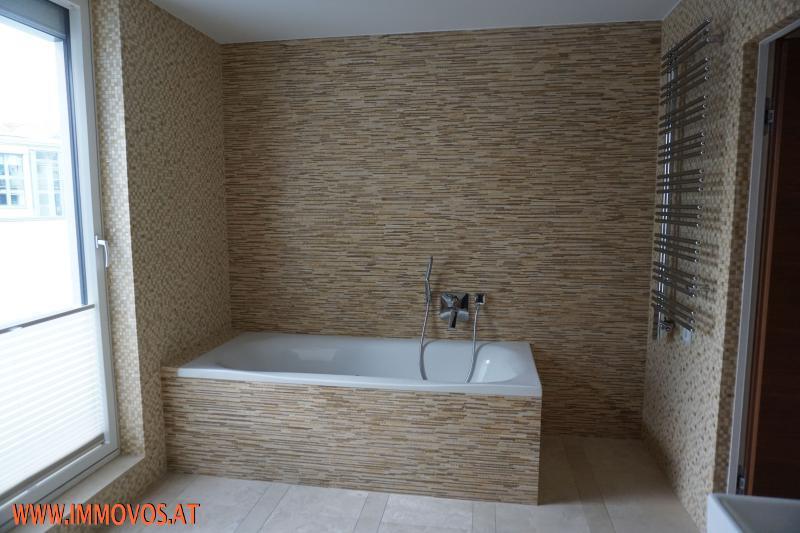 großes Bad mit Wanne