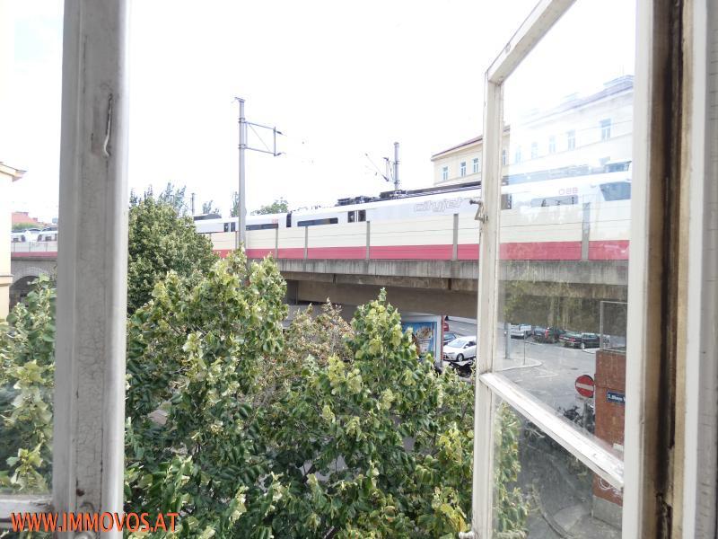Blick vom Eckzimmer auf fahrende S-Bahn.JPG