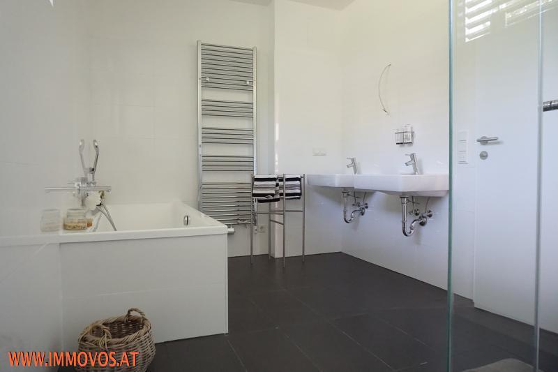 Bad mit Wanne und Dusche auf Etage 3