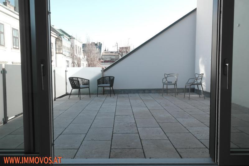 Terrasse durch Türe mit Stühlen zur Veranschaulichung der Größe