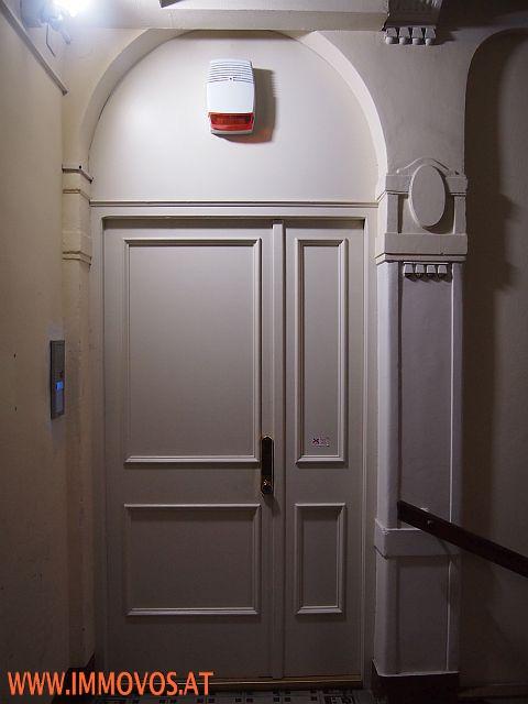 D. Tür mit Sicherheitsschloss und Alarmanlage