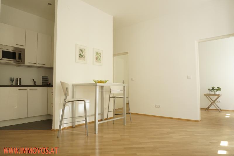 sonniger Wohnraum mit offener Küche