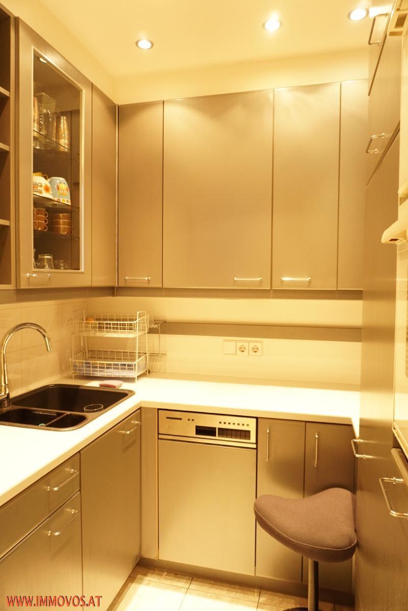Teeküche mit Geräten und Stauraum