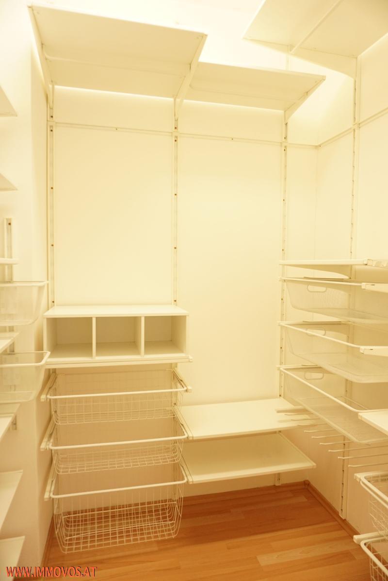 Schrankraum mit Ausstattung